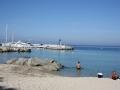 La plage de Sant Ambroggio et le port de plaisance